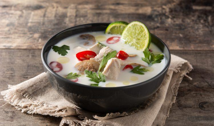 Tom Kha Kai soep in bowl