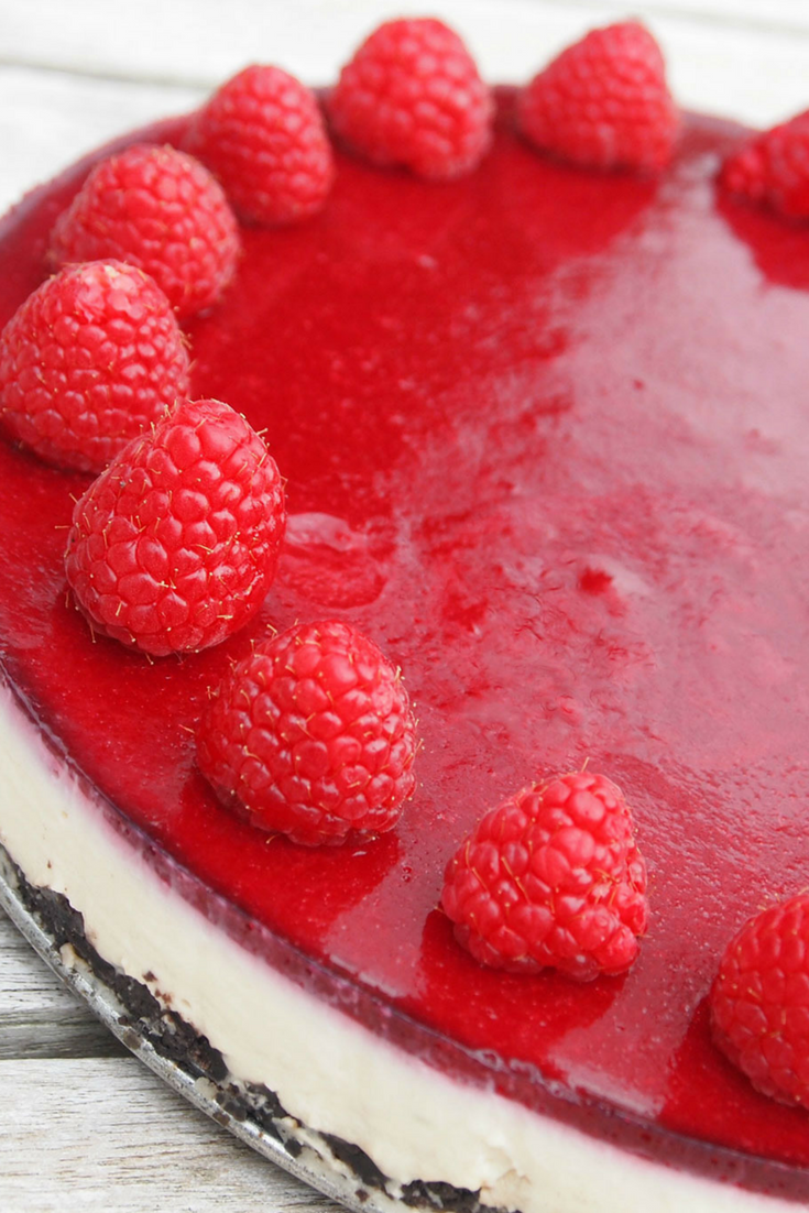 Oreo cheesecake met frambozengelei In een mum van tijd was hij op! Met o.a. een bodem van oreo koekjes, een laag van witte chocolade, mascarpone en een topping van frambozen. Je eet je vingers er bij op. #cheesecake