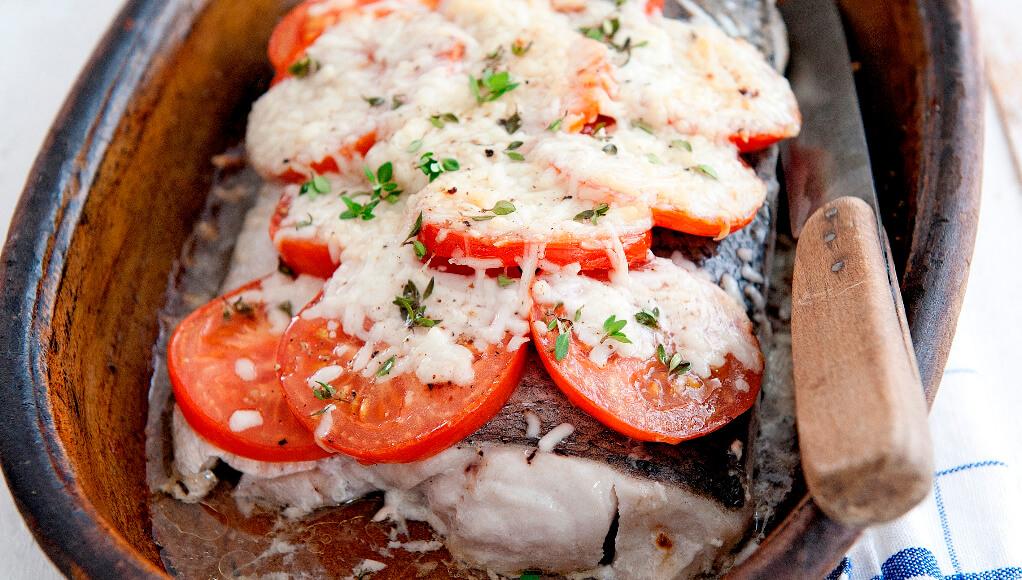 Heekfilet met tomaat en gegratineerde geitenkaas