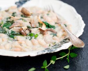 Witte bonenschotel met spinazie en paddenstoelen