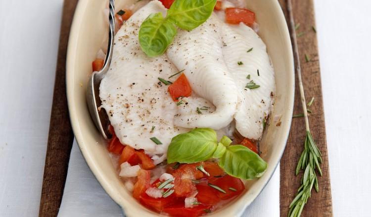 Tongschar met tomaten