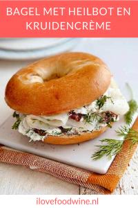 Lunch recept: bagel met heilbot en kruidencrème. Deze lunch met gerookte heilbot en zelfgemaakte snelle kruidencreme zet je snel op tafel. #bagel #lunch #wijnspijscombinatie #heilbot