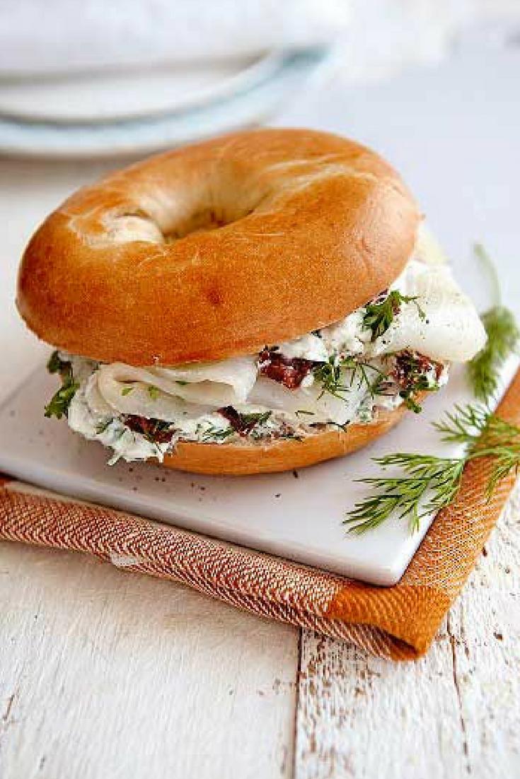 Lunch recept: bagel met heilbot en kruidencrème. Deze lunch met gerookte heilbot en zelfgemaakte snelle kruidencreme zet je snel op tafel. #bagel #lunch