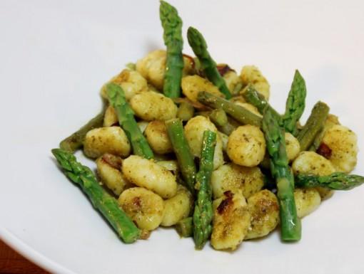 Gnocchi met pesto en groene asperges
