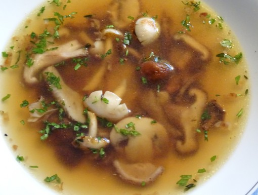 Heldere bouillon met paddenstoelen