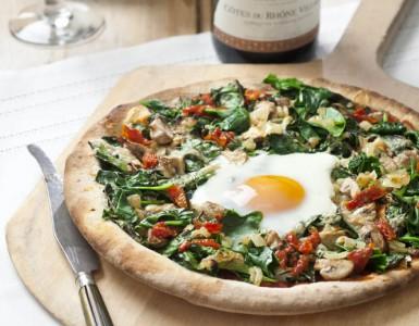 Pizza met spinazie en ei