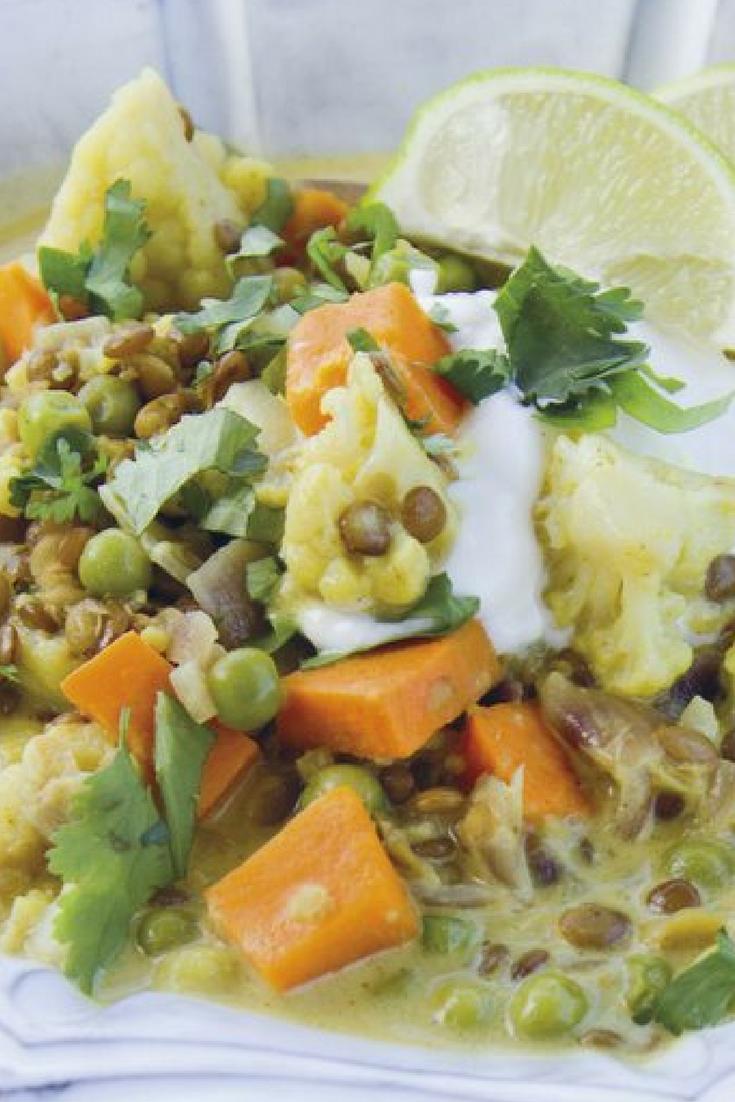 Dit vegetarische recept voor linzen curry met bloemkool is heel simpel en makkelijk te maken en heeft een subtiele kokossmaak. De zilvervliesrijst en linzen zorgen voor een licht nootachtig effect. De yoghurt en limoen geven het geheel een fris accent. Met o.a. zoete aardappel, verse gember, kurkuma, koriander etc. #linzen #bloemkool #vegetarisch #recept