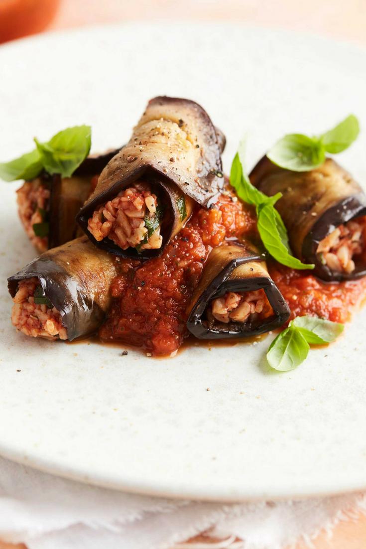 Vegetarische gevulde aubergine rolletjes met pasta. O.a. met tomaat, kappertjes, oregano #meatlessmonday #pasta #aubergine
