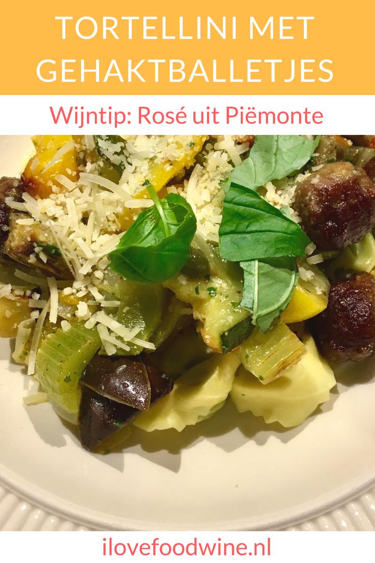 Recept Tortelloni met geroosterde groenten en gehaktballetjes. Ik gebruik altijd de verse tortelloni van AH met een paddenstoelenvulling. Echte comfortfood met o.a. aubergine, courgette, paprika, ui, kappertjes, verse pesto, parmezaanse kaas. Combineer met een Italiaanse rosé uit Piëmonte. #wijnspijscombinatie #pasta #tortelloni #aubergine