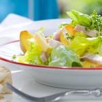 Zomerse salade met ham en verse perzik