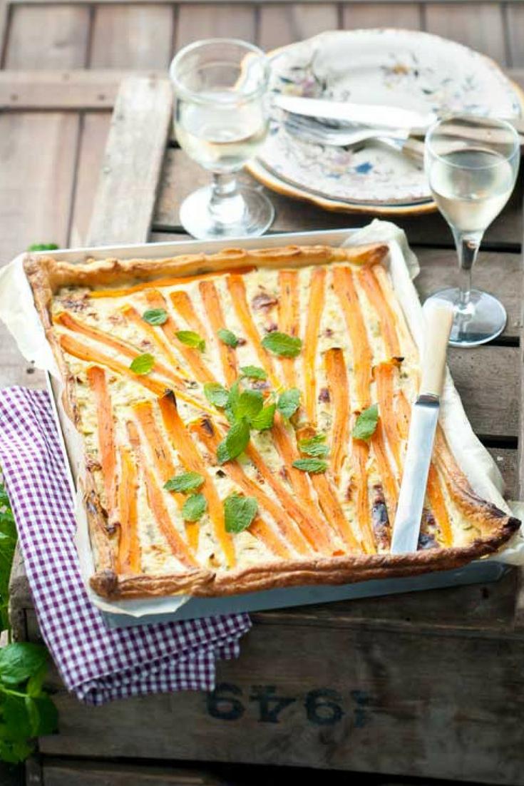 Recept vegetarische hartige worteltaart met blauwe kaas. Met o.a. bladerdeeg, bospeen, wortel, oude kaas, ricotta, bosui, munt. Zoet, fris en pittig tegelijk. #meatlessmonday #worteltaart