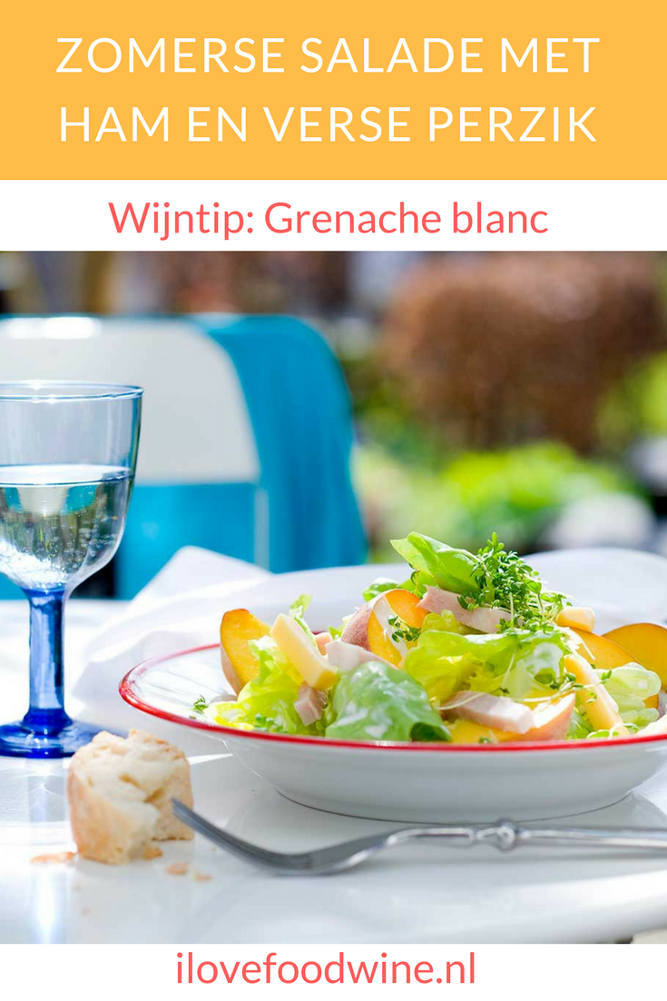 Deze snelle en makkelijke salade smaakt heerlijk fris door de knapperige kropsla en de zoetzure verse perzik. De romige dressing maakt hem smeuïg. Kaas en ham geven een bite. Combineer deze salade met een ronde witte wijn. Je kunt hem als voorgerecht serveren, maar ook als lunch- of bijgerecht Bovendien in 10 minuten op tafel! #salade