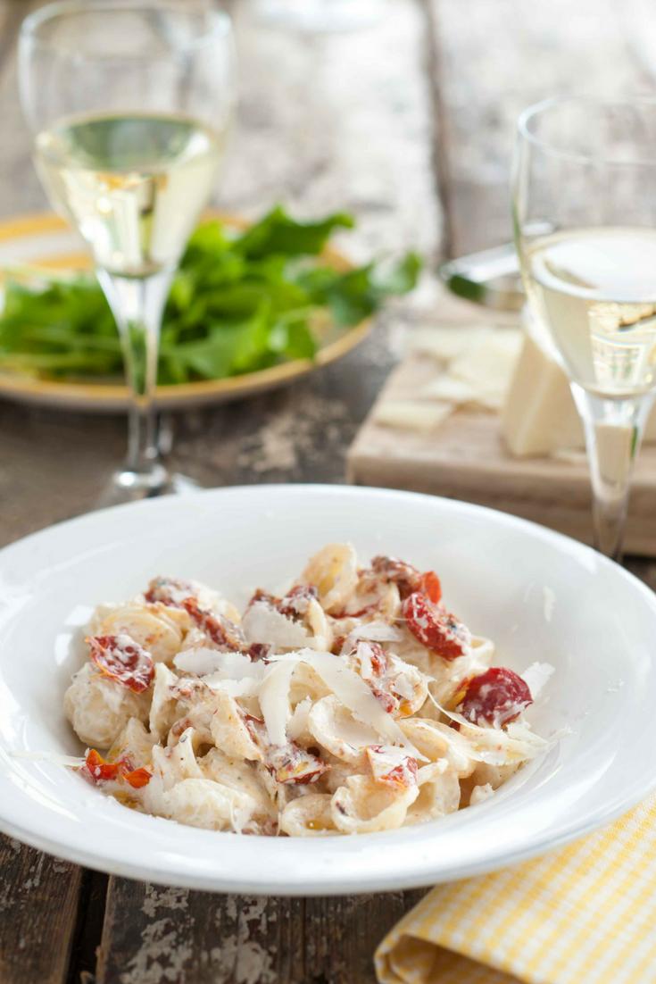Een supersnelle vegetarische pasta is vol en romig en maak je met ingrediënten die je altijd in huis hebt staan. Bovendien staat ie binnen 15 minuten op tafel. Wat wil je nog meer? Schenk er een witte Gambellara bij en serveer er een lekkere frisse groene salade bij.
