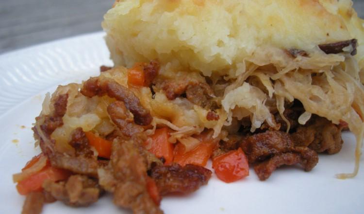 Zuurkoolschotel met shoarmavlees en paddenstoelen