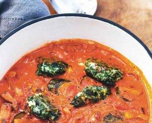 Vegetarisch recept: smeuïge spinazie-dumplings in tomatensaus. Makkelijk om te maken. Meatless Monday. Puur & Gezond