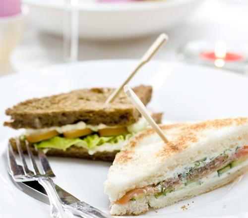 Mini-sandwiches met zalm of kip