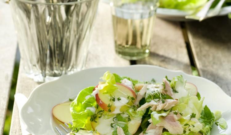 Salade met gerookte forel en appel
