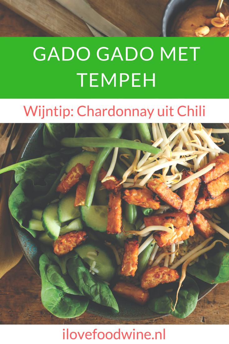 Recept Gado gado-salade met tempeh. Een Indonesisch lauwwarm groentegerecht van verschillende koude groenten aangevuld met tahoe, tempeh en hardgekookte eieren. Geserveerd met een heerlijke warme pindasaus. Drink er een Chardonnay, Pinot gris of een Viognier bij. #wijnspijscombinatie