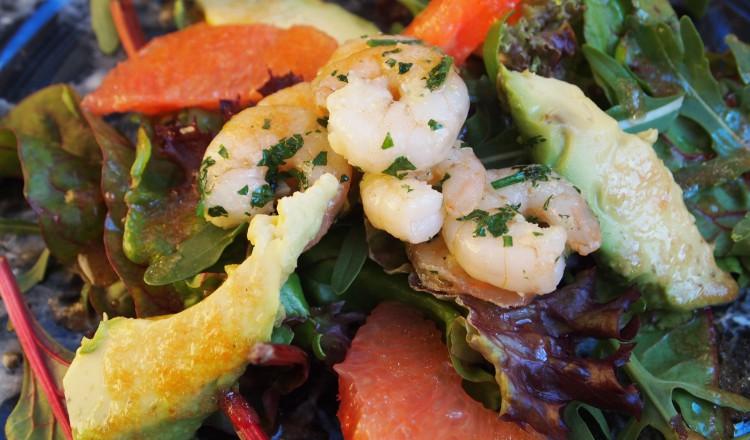 Salade met avocado, grapefruit en garnalen