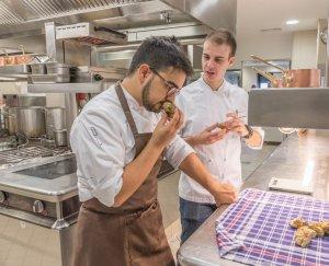 Truffels uitzoeken door Pasquale en Dario