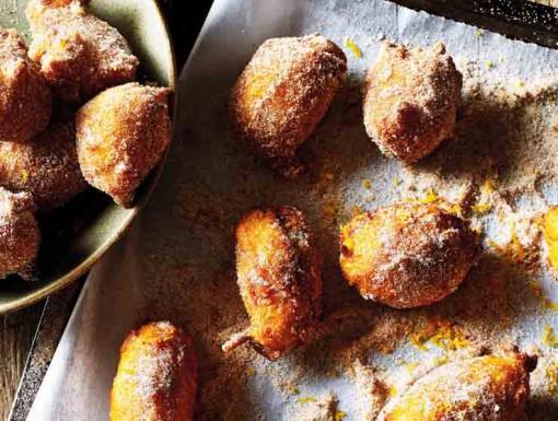 Beignets met sinaasappel-kaneelsuiker