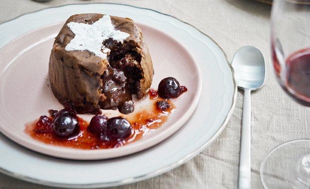 Chocoladetaartje met cranberrysaus