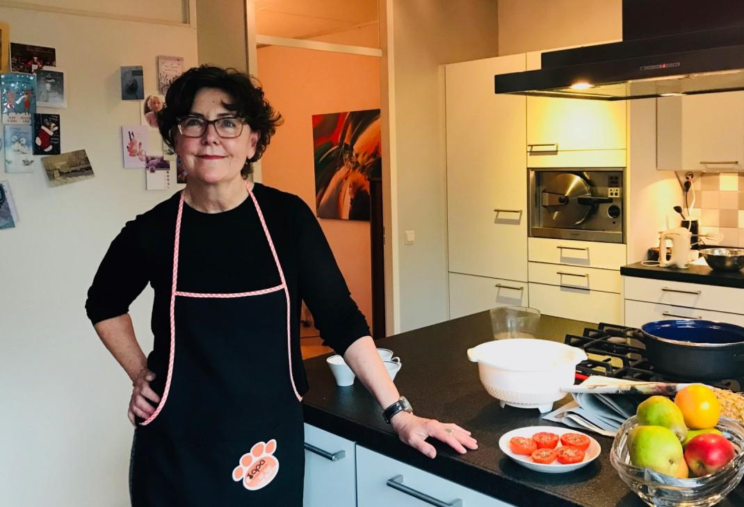 Mieke van Laarhoven in de keuken; een van de auteurs van I Love Food & Wine
