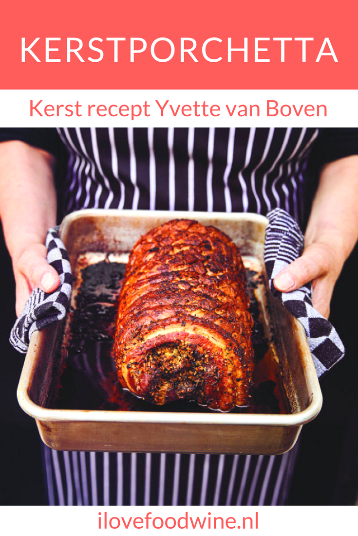 Recept Kerst Porchetta van Yvette van Boven. Een supergrote rollade van buikspek voor een groot gezelschap. Let op, het vlees moet ruim drie uur in de oven. Maar dan heeft u ook wat. U kunt dit gerecht gewoon niet verpesten/ Serveer er iets fris scherps bij, bijvoorbeeld mierikswortelmosterd of friszure bietjes Wij zeggen: doen! #porchetta #kerstdiner #kerstmenu #rollade #kerst