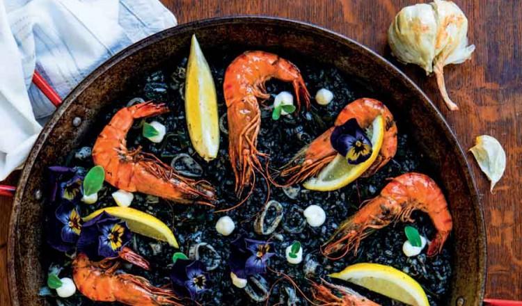 Arroz negro: Zwarte rijst met gamba's