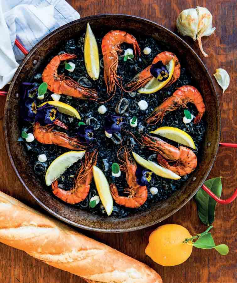 Recept zwarte rijst met gamba's. De rijst smaakt lekker smeuïg en heeft veel smaak door de inkt en het zeewier. De verse pijlinktvis blijft lekker mals. Zakjes inktvis-inkt koop je bij een goed gesorteerde viswinkel. Lees het hele recept op de site #rijst #gamba's #pijlinktvis