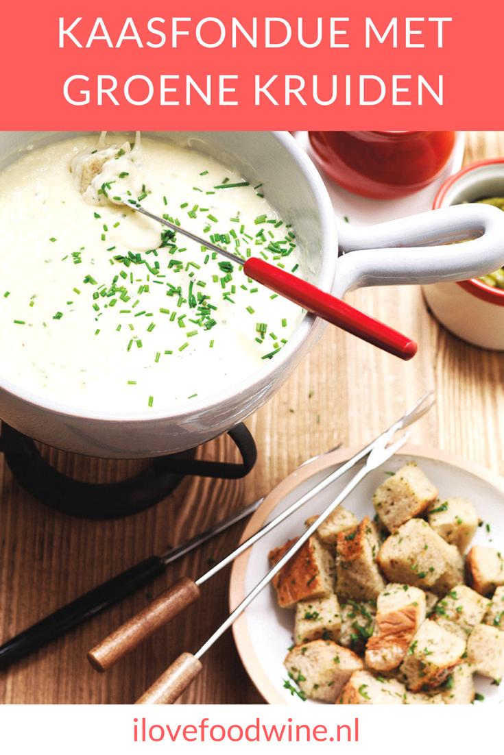 Recept voor kaasfondue van drie verschillende kazen met Gruyère, Emmentaler, Hollandse belegen kaas, 1 teentje knoflook300 ml witte wijn. Lees verder voor tips voor de mooiste kaasfondue. #kaasfondue
