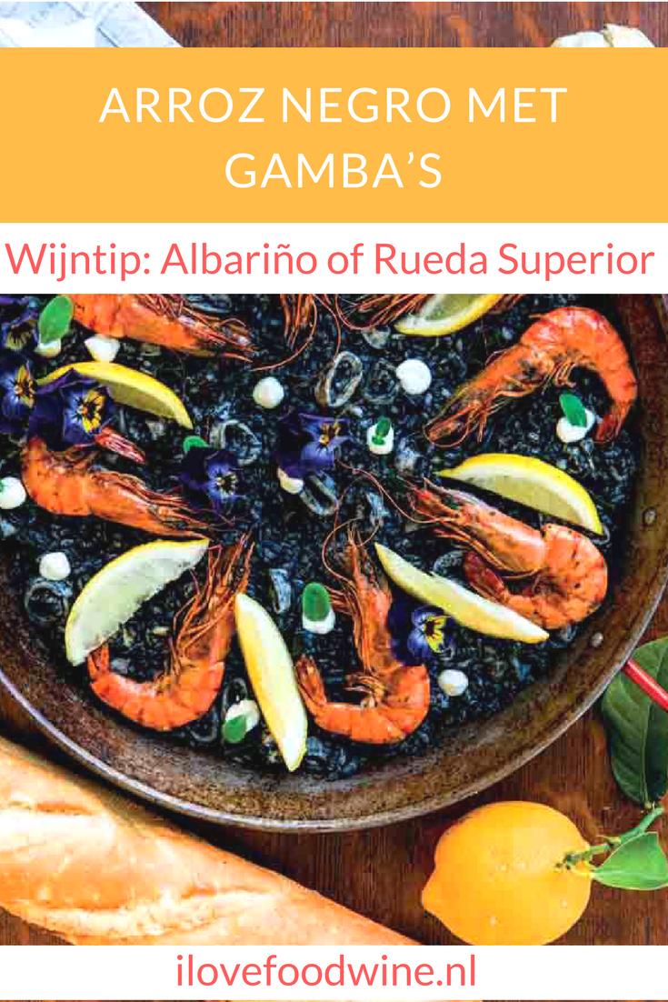 Recept zwarte rijst met gamba's. De rijst smaakt lekker smeuïg en heeft veel smaak. De verse pijlinktvis blijft lekker mals. Zakjes inktvis-inkt koop je bij een goed gesorteerde viswinkel. Lees het hele recept op de site #rijst #gamba's #pijlinktvis