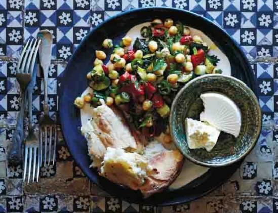 Met deze kikkererwten-salade, Kabakli Nohut salatas, als basis zet je in een hand-om-draai een vegetarische maaltijd op tafel. Hoe? Heel gemakkelijk door er blokjes feta aan toe te voegen; zo maak je er een maaltijdsalade van. Eet er nog wat knapperig Turks brood bij en klaar is kees. Dit ecept komt uit het kookboek Turks Tafelen