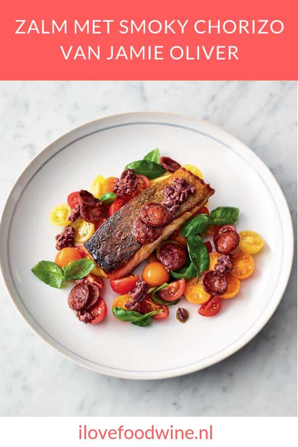 Simpel recept van Jamie Oliver: zalm met chorizo. Met zalmfilet, kerstomaatjes, verse basilicum, zwarte olijven en chorizo. Lees op de blog hoe je dit makkelijke hoofdgerecht met vis maakt.