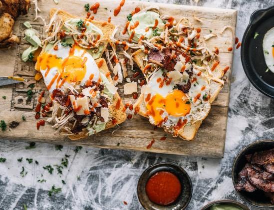 King Toast liggend; toast met avocado en spiegelei