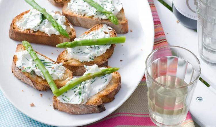 Crostini met Mon Chou en asperges
