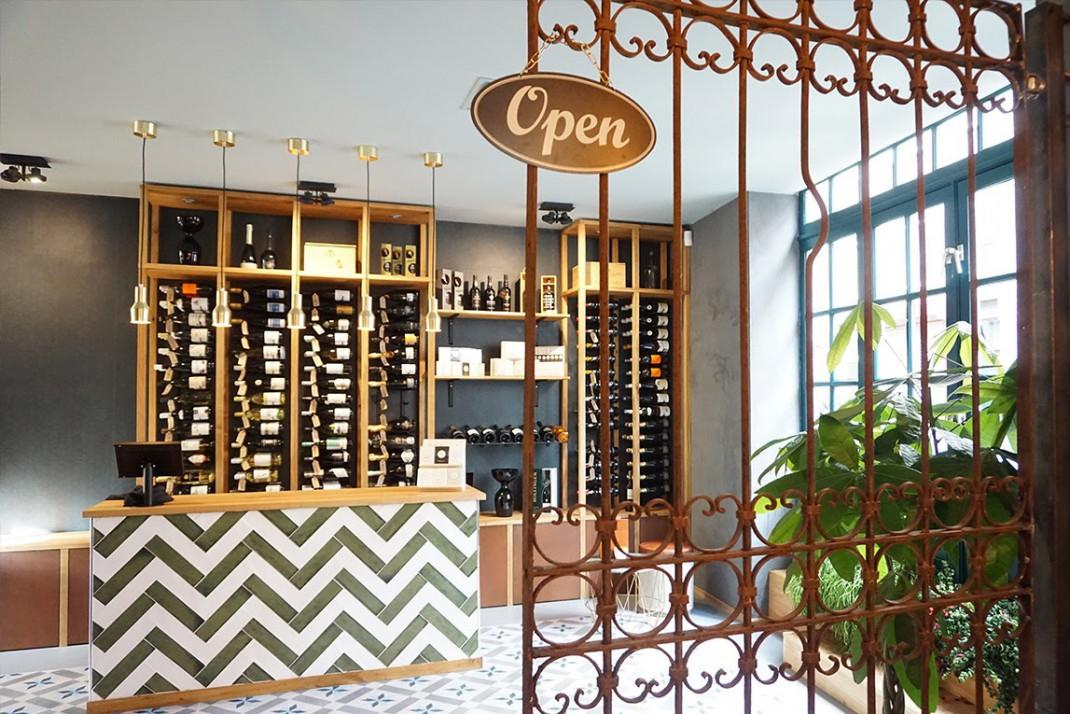 Wijnbar SHIRAZ hek naar de winkel met bordje open
