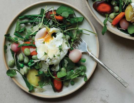 Salade van voorjaarsgroenten en gepocheerd ei