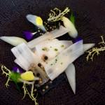 Mousse van kipper, met asperges, bloemen en haringkuit