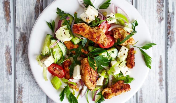 Griekse salade met kip en feta
