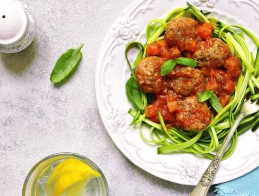 Kipgehaktballetjes met courgettespaghetti