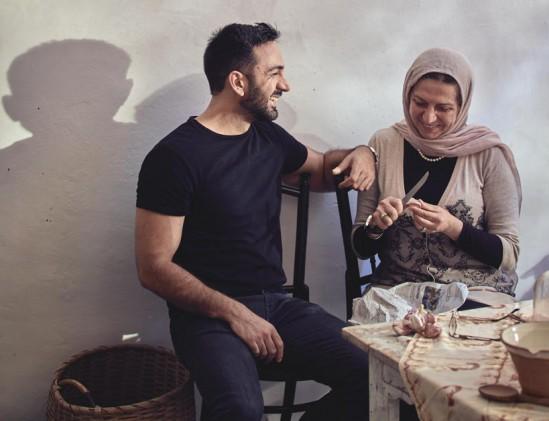 Portret schrijver Anas Atassi met zijn moeder