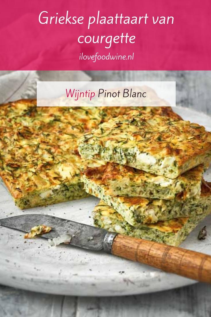 Recept: Griekse plaattaart met courgette. Het is een soort frittata. Gemaakt met eieren, courgette en feta. Een recept uit Superveg; een kookboek waarin gezonde groente centraal staat. #makkelijk #vegetarisch