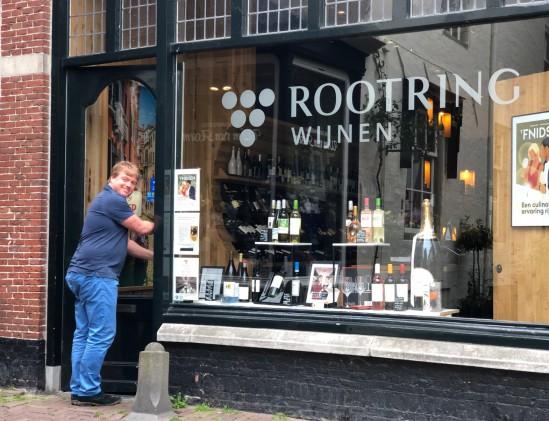 Martijn Rootring bij zijn wijnwinkel in Alkmaar