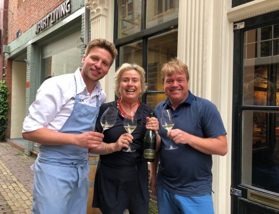 Restaurant 't Fnidsen in Almaar met eigenaars en Annelies Kuijs die een Zuid-Afrika proeverij verzorgt