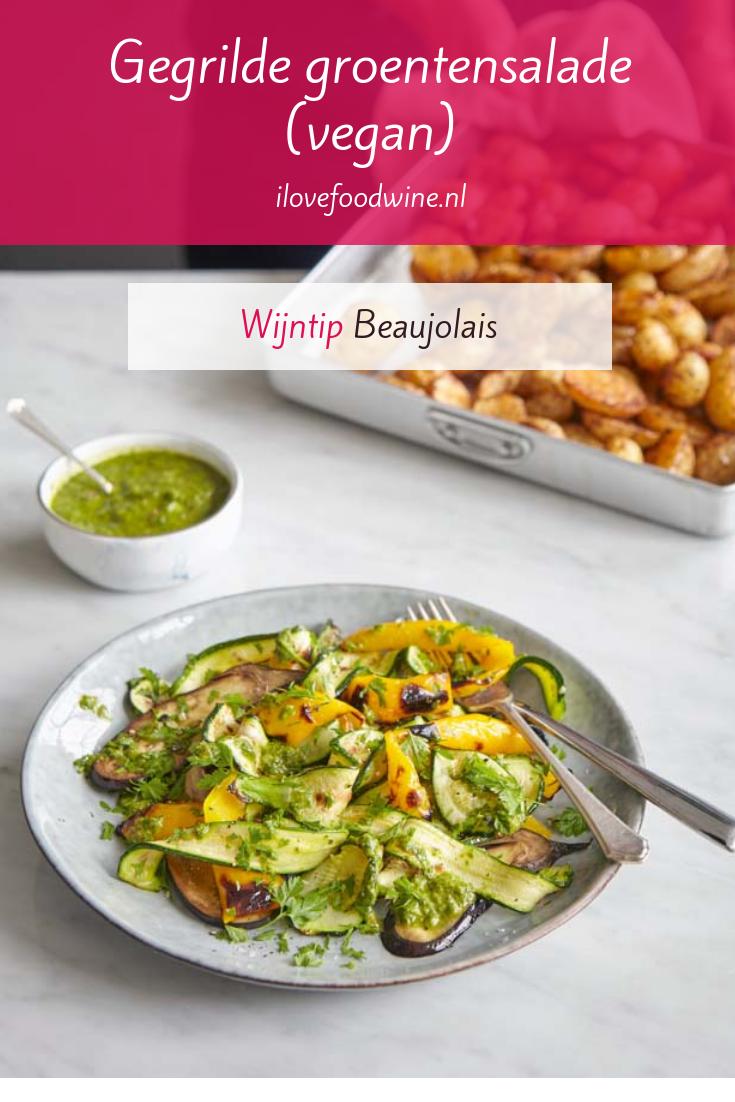 Recept: salade van gegrilde courgette, paprika en aubergine. Met een pesto van cashewnoten. Helemaal vegetarisch, zelfs vegan! Drink er wel een glas wijn bij: gekoelde Beaujolais smaakt zomers. #gegrild #groenten #gezond