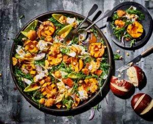 Salade met gegrilde perzik en burrata
