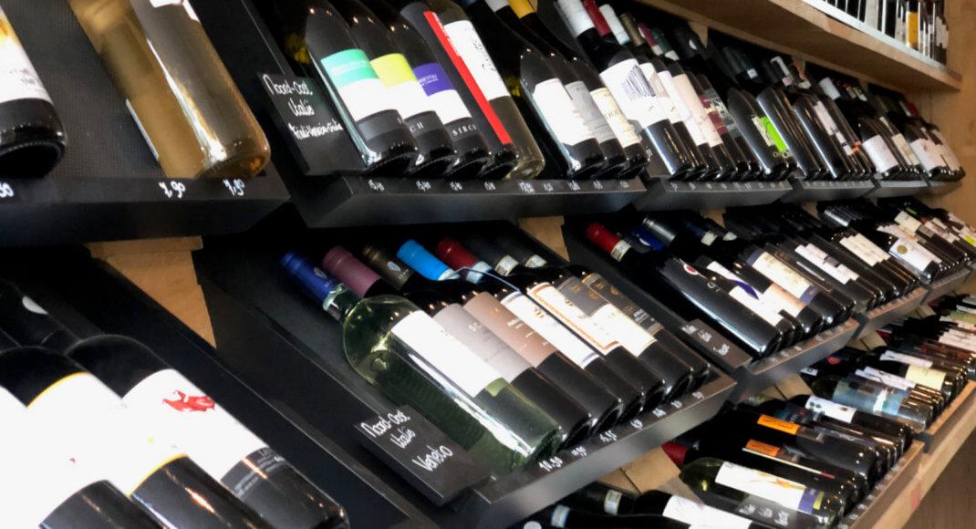 Schap met 150 wijnen van