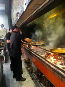 Bereiding paella bij Casa Carmela in Valencia