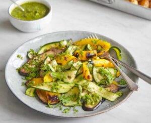 Gegrilde groenten salade met amandelpesto